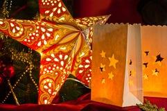 Décorations pour Noël : étoiles, lumières, bougies et boules Images stock