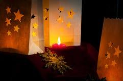 Décorations pour Noël : étoiles, lumières, bougies et boules Photo stock