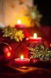Décorations pour Noël : étoiles, lumières, bougies et boules image libre de droits