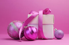 Décorations roses de cadeau et de babiole de Noël de thème Photo libre de droits