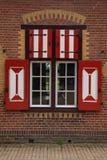 Décorations rouges et blanches sur les portes et les volets de fenêtre de De Haar Castle Photographie stock libre de droits