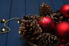 Décorations rouges et d'or de Noël sur le fond en bois photos libres de droits