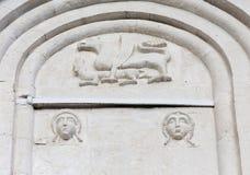 Décorations sur des murs d'intervention d'église de Vierge Marie sur le Ne Images stock
