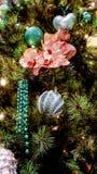 Décorations sur l'arbre de Noël image stock