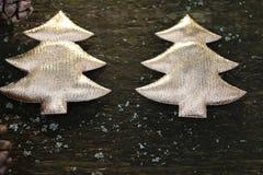 Décorations sur l'arbre de Noël se tenant en plein air, arbre de nouvelle année de décorations Photo stock