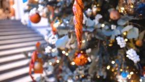 Décorations sur l'arbre de Noël Vacances d'hiver Symbole du nord Fond abstrait de bokeh banque de vidéos