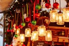 Décorations sur un marché parisien de Noël photo stock