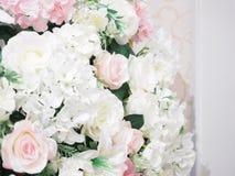 Décorez l'objet avec la couleur rose et blanche des fleurs artificielles Photographie stock
