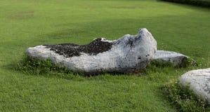 Décorez la pelouse avec une grande pierre blanche belle photo stock