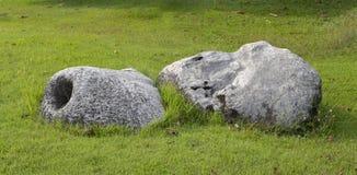 Décorez la pelouse avec une grande pierre blanche belle photos libres de droits