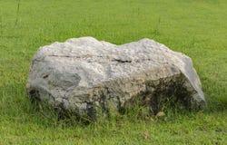 Décorez la pelouse avec une grande pierre blanche belle photographie stock libre de droits