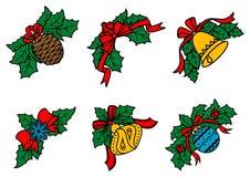 Décors de Noël sur des feuilles avec les rubans rouges Image stock