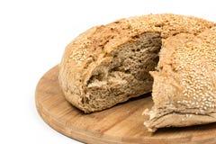 Découpé en tranches autour du pain domestique au-dessus du fond blanc Photographie stock libre de droits