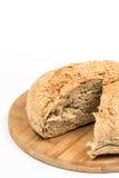 Découpé en tranches autour du pain domestique au-dessus du fond blanc Photo libre de droits