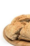Découpé en tranches autour du pain domestique d'isolement au-dessus du fond blanc Photos stock