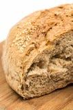 Découpé en tranches autour du pain domestique d'isolement au-dessus du fond blanc Photographie stock libre de droits