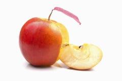 Découpé en tranches d'un morceau entier de pomme jaune mûre rouge Photos libres de droits