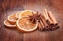 Découpé en tranches de l'orange, des anis et de la cannelle secs Photos libres de droits