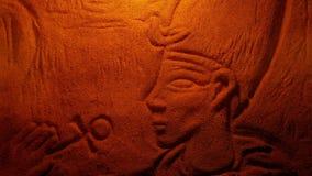 Découpage égyptien de roche de l'homme dans la lumière du feu banque de vidéos