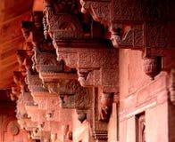 Découpage artistique sur les colonnes au fort d'Âgrâ d'héritage photographie stock libre de droits