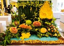 Découpage d'exposition de fruits et légumes Image stock