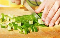 Découpage de concombre pour la salade Images libres de droits