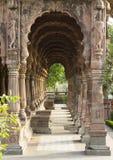 Découpage de darban (gardien) aux piliers de l'indore de chhatris de krishnapura, india-2014 Image stock