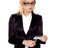 Découpage de femme par la carte de crédit. Image stock