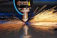Découpage de laser de feuillard avec des étincelles Photographie stock
