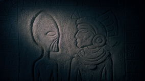 Découpage de lumières de torche de l'étranger dans le temple maya banque de vidéos