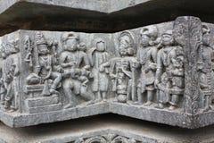 Découpage de mur de temple de Hoysaleswara de Dieu et des passionnés Photo stock