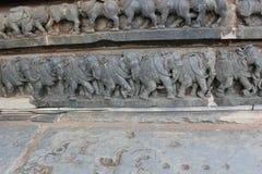 Découpage de mur de temple de Hoysaleswara de la marche royale d'éléphants Images stock