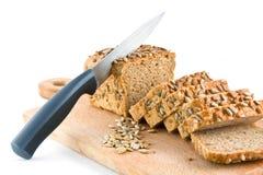 Découpage de pain avec des graines de tournesol Images libres de droits