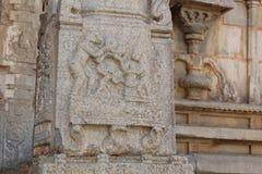 Découpage de pilier de pierre de temple de Hampi Vittala d'un dieu de singe de Hanuman et de son ami offrant à l'humain de rama d Photos libres de droits