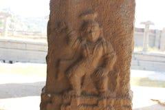 Découpage de pilier de pierre de temple de Hampi Vittala de Krishna tenant une boule de beurre photo libre de droits