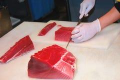 Découpage de poissons de thon Photos libres de droits