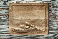 Découpage des oreilles de seigle de conseil sur la surface en bois de vintage Photo stock