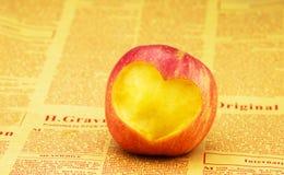 Découpage du modèle en forme de coeur dans la pomme Photographie stock libre de droits