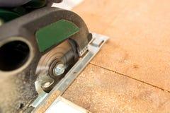 Découpage en bois avec la scie circulaire photographie stock