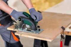 Découpage en bois avec la scie circulaire image libre de droits