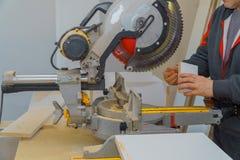 Découpage en bois avec la scie circulaire image stock