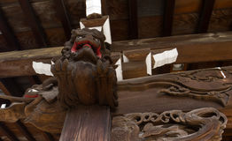 Découpage en bois sur le temple images stock