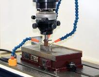 Découpage en métal sur une machine de commande numérique par ordinateur Photographie stock libre de droits