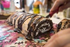 Découpage en tranches de gâteau de roulade Photographie stock