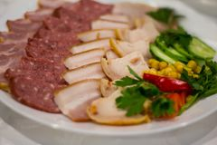 Découpage en tranches de viande et de saucisse photographie stock libre de droits