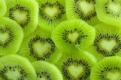 Découpage en tranches du kiwi juteux Image libre de droits