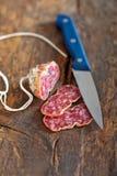 Découpage en tranches pressé par pressato italien de salame Images stock