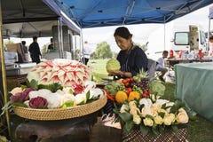 Découpage thaïlandais de fruit de femme Photo stock