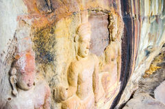 Découpages de soulagement de Bas dans un visage de falaise près de frontière thaïlandaise de Siem Riep Angkor Preah Viharn au Cam Images libres de droits