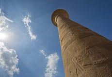 Découpages hiéroglyphiques égyptiens antiques sur des colonnes dans le temple images libres de droits